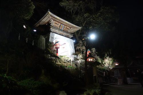 Porte menant aux temples de l'île d'Enoshima, vue de nuit