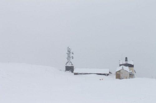 Asahidake, Hokkaido : le paysage blanc à cause de la tempête de neige, on distingue des bâtiments