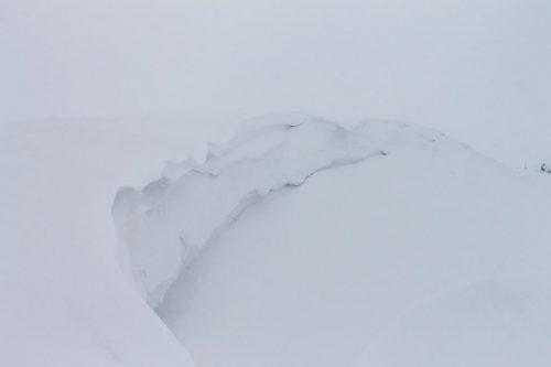 Asahidake, Hokkaido : amas de neige poudreuse au bod du lac gelé