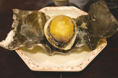 Ormeau au restaurant du ryokan Yukomansou à Asahidake Onsen, Hokkaido, Japon