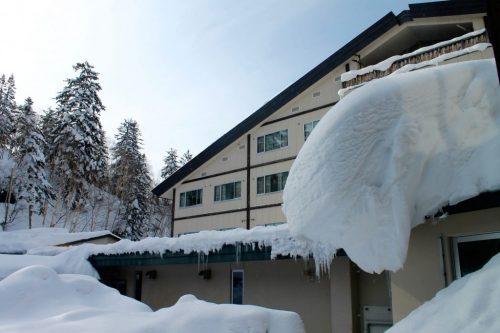 L'extérieur du ryokan Yukomansou sous la neige à Asahidake Onsen, Hokkaido, Japon