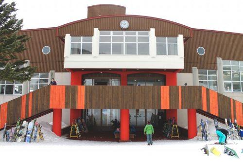 Le bâtiment principal de la station de ski Kamui Ski Links, sur le mont Kamui à Asahikawa, Hokkaido, Japon