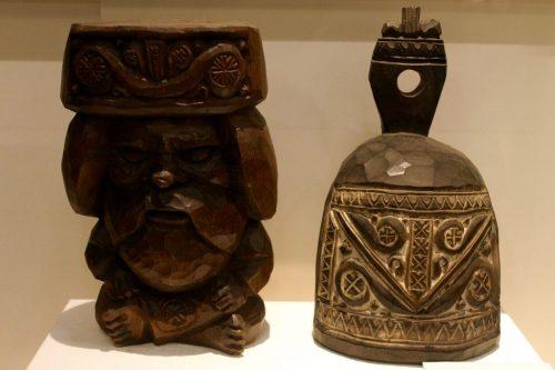 Objets en bois sculpté exposés au Kawamura Kaneto Ainu Memorial Museum d'Asahikawa, Hokkaido, Japon