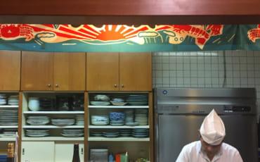 Chef préparant des sushis à Saiki