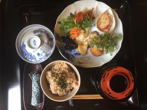 Déjeuner organique cuisiné avec des ingrédients traditionnels japonais comme le koji Saiki, Oita