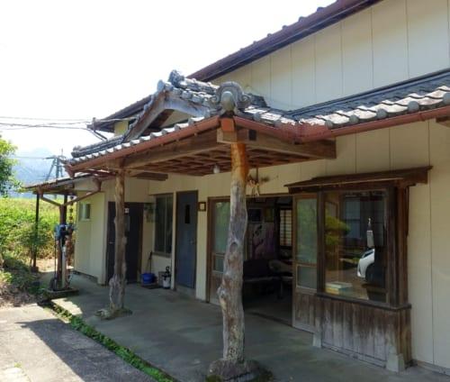 L'entrée du studio Amanoiwato Kibori à Takachiho, où sont fabriqués les masques de kagura