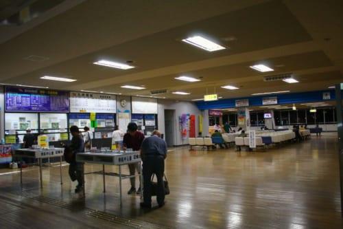 L'intérieur du terminal, avec le guichet pour acheter les tickets de ferry pour Ojika