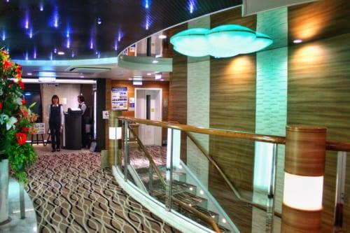 Couloir luxueux à l'intérieur du ferry : moquette et décoration soignée