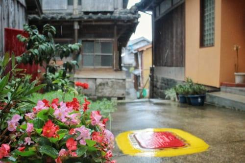 Détails dans les ruelles de l'île d'Ojika : maisons et fleurs