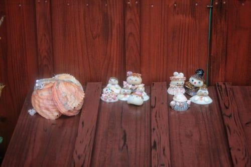 Petites créations en coquillages représentant des personnages à Ojika