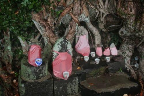 Ensemble de Jizo sur l'île d'Ojika, Nagasaki, Japon