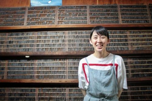 Momoko Yokoyama dans l'imprimerie familiale Ojikappan à Ojika