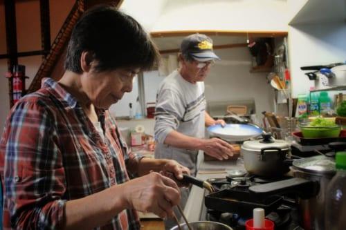 Les Nakamura préparant le repas dans la cuisine de leur minpaku à Ojika