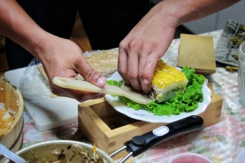 Mme Nakamura préparant le repas dans son minpaku à Ojika