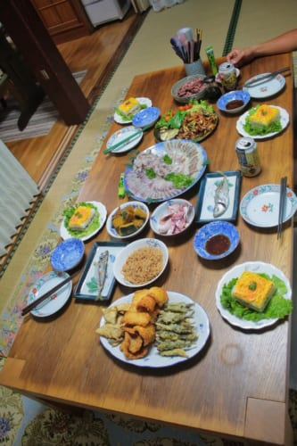 Le repas bien servi dans un minpaku à Ojika
