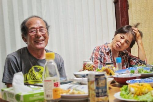 M. et Mme Nakamura, partageant le dîner avec leur hôte dans leur minpaku