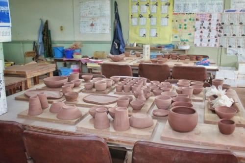 Poteries en train de sécher dans l'ancienne école maternelle devenue atelier de céramique à Ojika