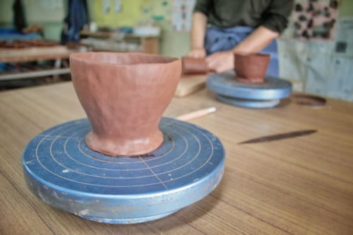 Akatsuchi Pottery Experience : tasse d'argile rouge en cours de réalisation