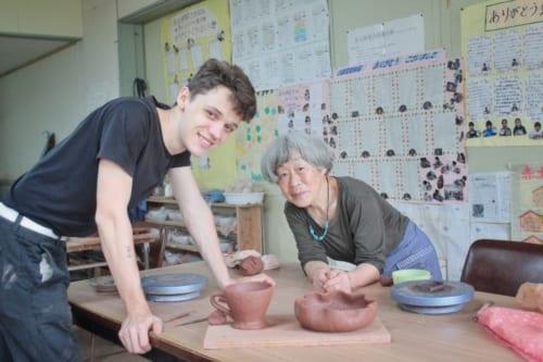Luca et Mme Udo posent avec les poteries réalisées pendant l'atelier Akatsuchi Pottery Experience à Ojika