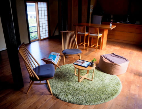 L'intérieur d'une kominka d'Ojika : des meubles en bois, modernes et élégants