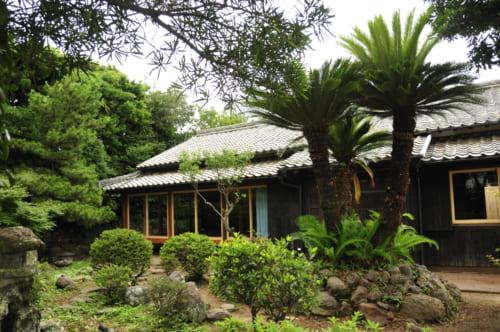 Une kominka sur l'île d'Ojika, avec son jardin japonais agrémenté de palmiers