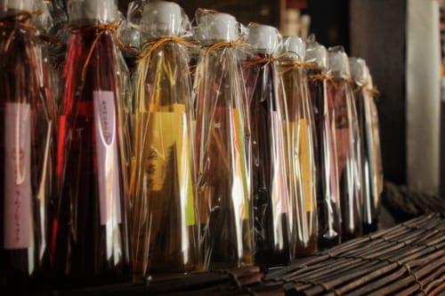 Les vinaigres de fruits colorés dans la boutique Arakinaoheshouten