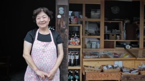 La propriétaire d'Arakinaoheshouten devant sa boutique à Tamana