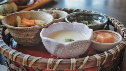 petit déjeuner au ryokan Satsuki Bessou, une variété de plats servis dans des petits contenants en céramique