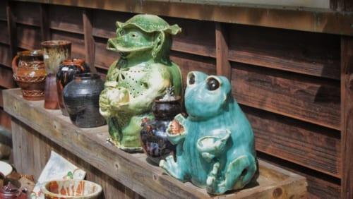 Céramiques représentant une grenouille et un kappa, ainsi que des pots plus classiques, devant un atelier à Higo Minkamura