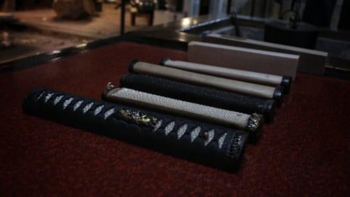 Les états successifs de la fabrication d'une poignée de katana
