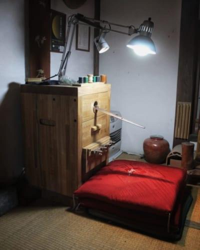 La table de travail, dans laquelle une lame de katana est maintenue