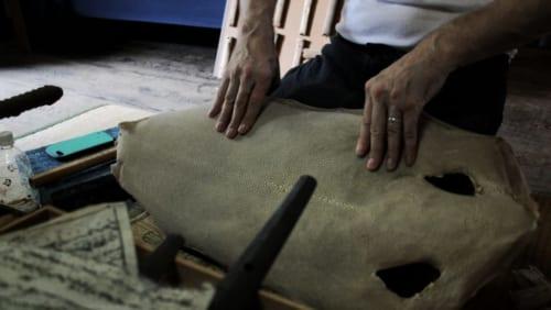 Hans Koga manipulant une peau de raie
