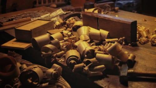 Copeaux de bois dans l'atelier d'Hans Koga à Higo Minkamura