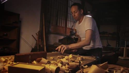 Hans Koga travaillant le bois dans son atelier à Higo Minkamura