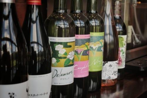Bouteilles de vin alignées dans le restaurant du vignoble de Kikuka