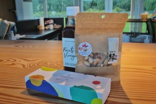 Le choix de souvenirs de Luca : boîte de sucreries, noix et vinaigre