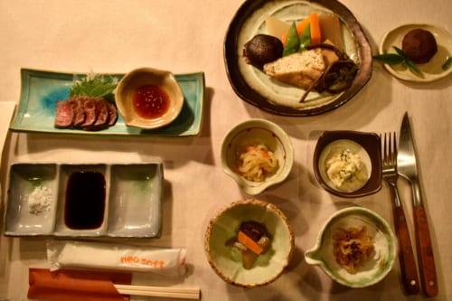 Dîner composé de nombreux petits plats, au Minshuku Yamanosato et Restaurant Farmer