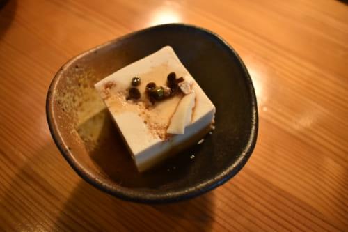 Tofu disposé dans une petite céramique japonaise