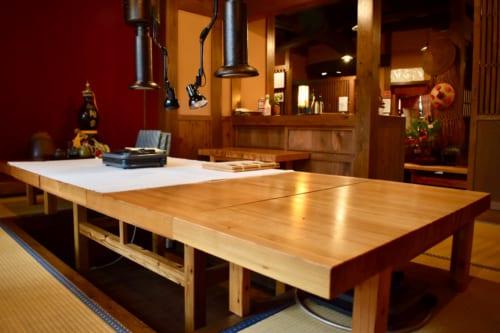 Grande table en bois dans un espace privatif du restaurant Farmer à Ubuyama, Kumamoto