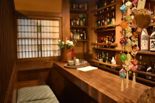 Le petit bar chaleureux du restaurant Farmer, à Ubuyama