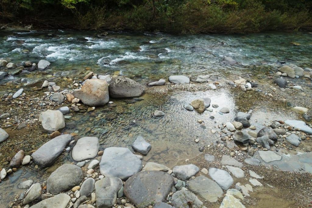 Bord de rivière du Kawara no Yukko où l'on peut creuser son propre onsen