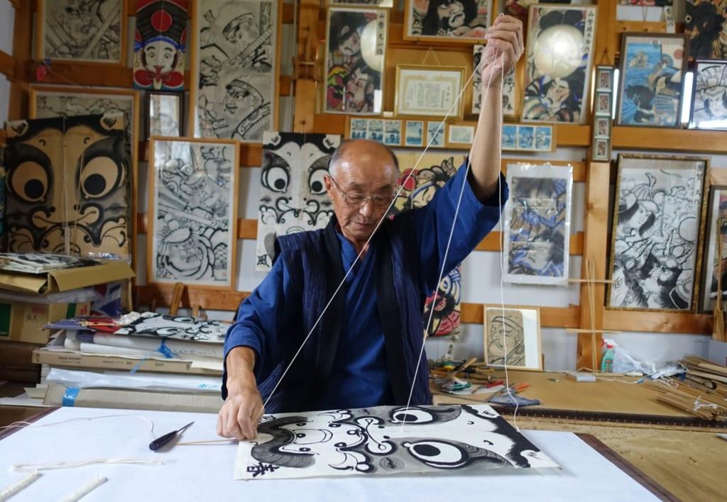 M. Ono en pleine confection d'un cerf-volant traditionnel managu