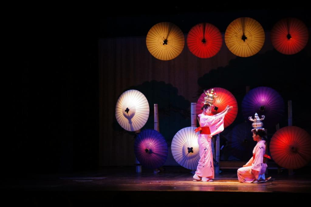 La danse des lanternes Yamaga Tourou dans le théâtre Yachiyoza
