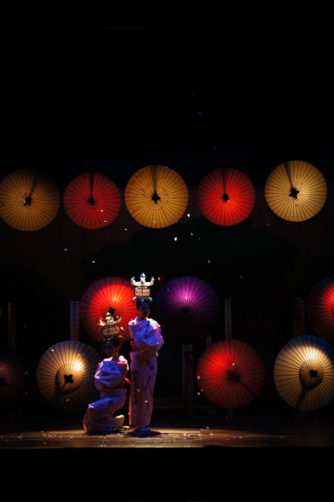 Deux danseuses interprêtant la danse des lanternes Yamaga Tourou