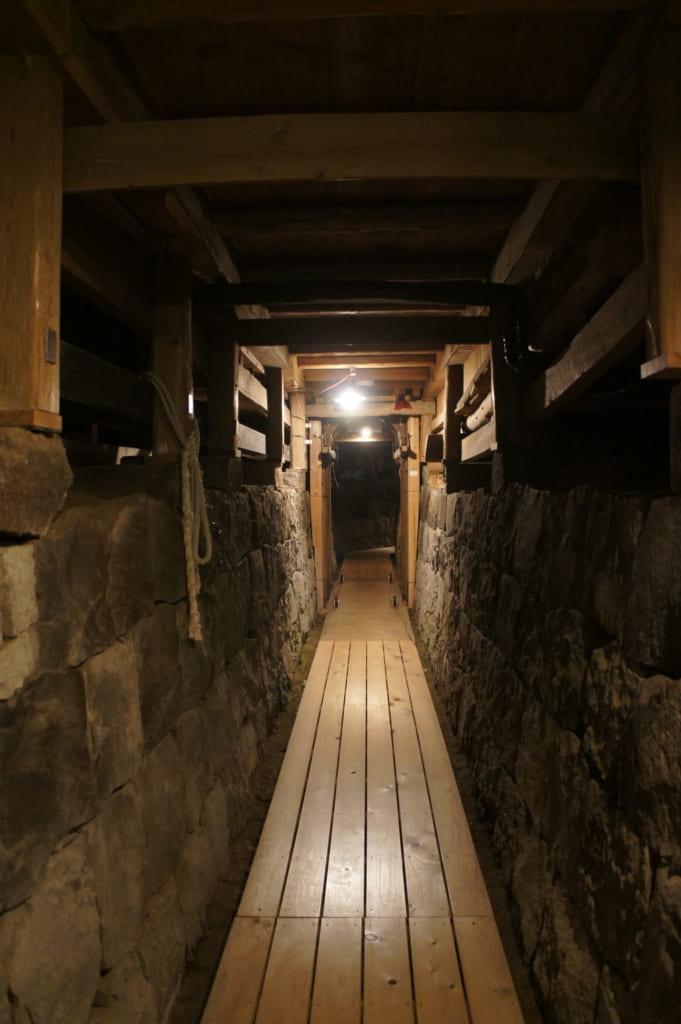 Couloir menant sous la scène du théâtre Yachiyoza