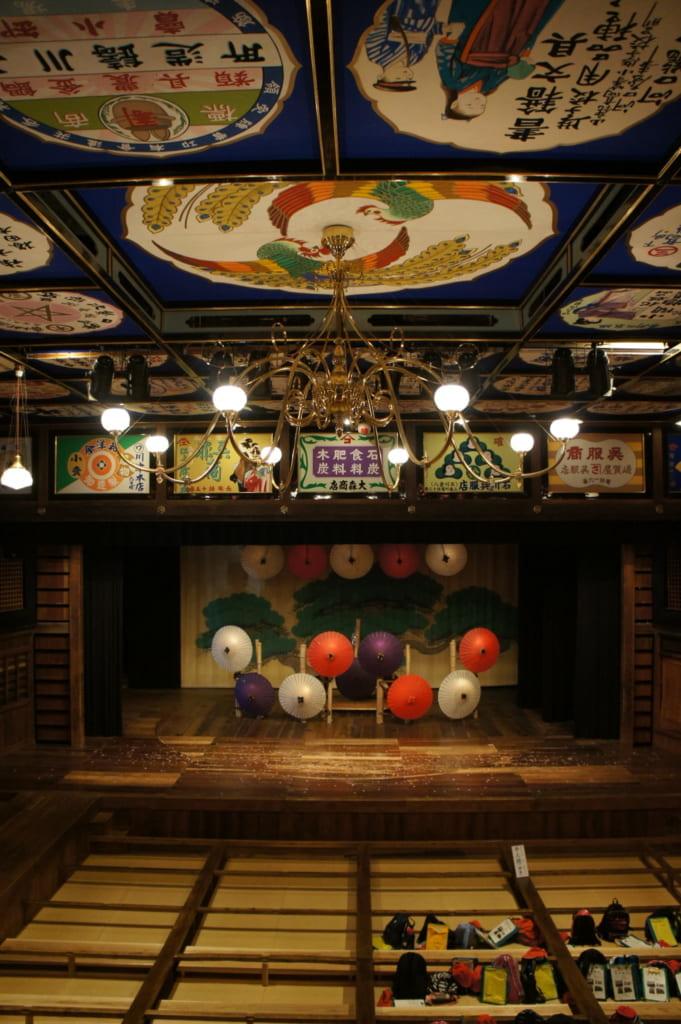 La scène du théâtre Yachiyoza vu depuis les gradins