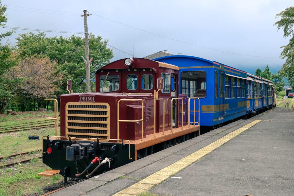 Train torokko au départ de la gare de takamori