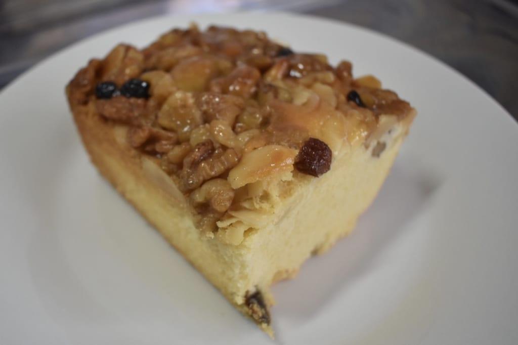 Gâteau aux fruits découpé sur une assiette