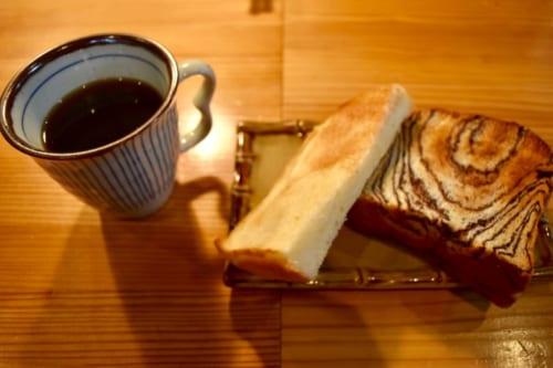 Petit déjeuner version occidentale : café et tranches pain