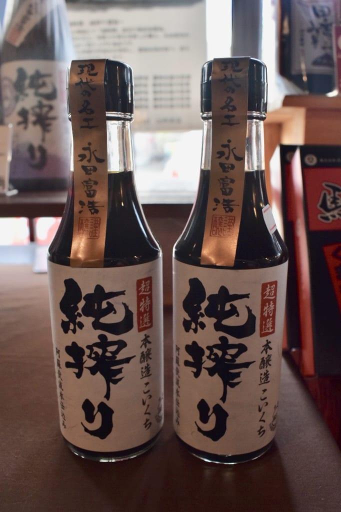Deux bouteilles de sauce soja de qualité supérieure
